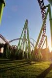 Coucher du soleil en parc d'attractions Montagnes russes à Vienne Prate photographie stock