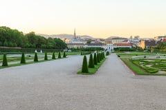 Coucher du soleil en parc de belvédère de château photo stock