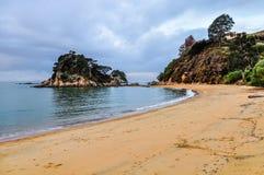 Coucher du soleil en peu de plage de Kaiteriteri, Nouvelle-Zélande Image stock