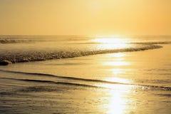 Coucher du soleil en plage de Kuta, Bali, Indonésie photographie stock libre de droits