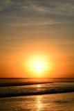 Coucher du soleil en plage de Kuta, Bali, Indonésie photos libres de droits