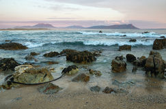 Coucher du soleil en plage idyllique de Kleinmond Photos stock