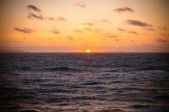 Coucher du soleil en retard entre deux îles au Portugal Photographie stock libre de droits
