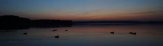 Coucher du soleil en retard par le polonais Masuria (Mazury) de lac Images libres de droits