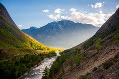 Coucher du soleil en rivière de gorge de montagne Photographie stock libre de droits