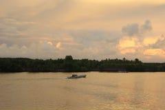 Coucher du soleil en Sinjai River photographie stock libre de droits