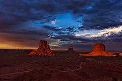 Coucher du soleil en vallée de monument, Arizona, Etats-Unis Images stock