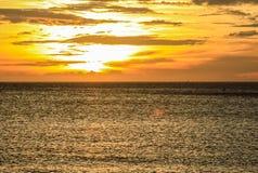 Coucher du soleil ensoleillé à la mer L'horizon de la mer photographie stock libre de droits