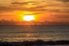 Coucher du soleil ensoleillé à la mer L'horizon de la mer photos stock