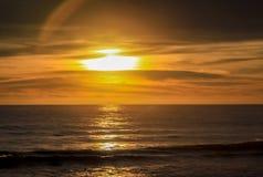 Coucher du soleil ensoleillé à la mer L'horizon de la mer photos libres de droits