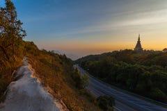 Coucher du soleil entre la pagoda de Noppamethanedol et de Noppapol Phumsiri sur le parc national de Doi Inthanon photos libres de droits