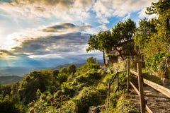 Coucher du soleil entre les nuages sur la campagne italienne photo stock