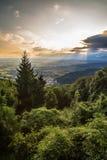 Coucher du soleil entre les nuages sur la campagne italienne photos stock