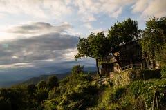 Coucher du soleil entre les nuages sur la campagne italienne image stock