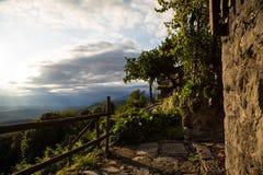 Coucher du soleil entre les nuages sur la campagne italienne images stock