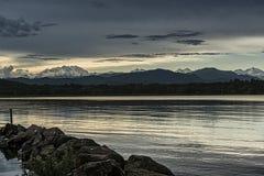 Coucher du soleil et bâti Rosa de lac varese Photos libres de droits