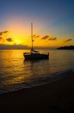 Coucher du soleil et bateau à voiles Images stock