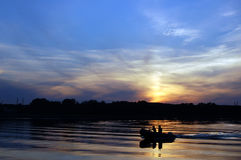 Coucher du soleil et bateau Images stock