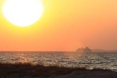 Coucher du soleil et bateau Photographie stock