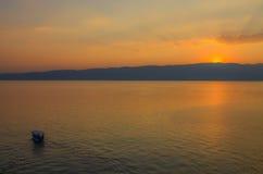 Coucher du soleil et bateau Photos stock