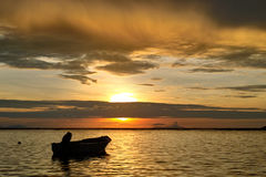 Coucher du soleil et bateau de mer. Image libre de droits
