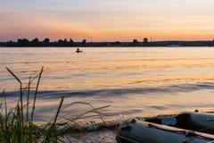 Coucher du soleil et bateau de pêche image stock