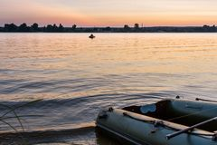 Coucher du soleil et bateau de pêche images libres de droits