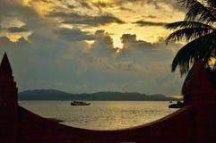Coucher du soleil et bateau en mer chez Eagle Square photo stock
