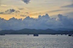 Coucher du soleil et bateau en mer chez Eagle Square photographie stock libre de droits