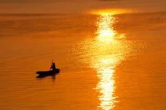 Coucher du soleil et bateau sur le fleuve Images stock