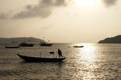 Coucher du soleil et bateaux Photographie stock libre de droits