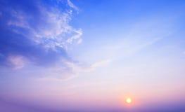 Coucher du soleil et beau ciel avec le filtre pourpre Photographie stock