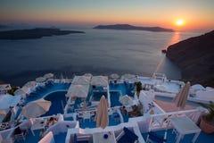 Coucher du soleil et belle mer Méditerranée dans Santorini Photographie stock libre de droits