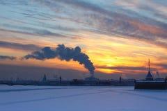 Coucher du soleil et brouillard enfumé Image stock