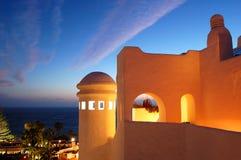 Coucher du soleil et construction d'hôtel de luxe Photographie stock