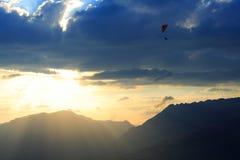 Coucher du soleil et deltaplane Images stock