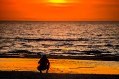 Coucher du soleil et eau de mer image stock