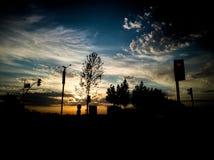 Coucher du soleil et feu de signalisation photographie stock libre de droits