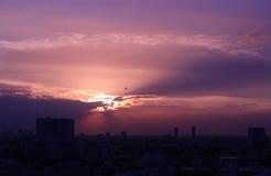 Coucher du soleil et fond de nuages le soir Photos stock