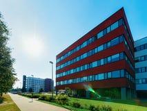 Coucher du soleil et gratte-ciel moderne d'immeuble de bureaux d'entreprise constituée en société images stock