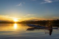 Coucher du soleil et guide touristique d'Amazone images stock