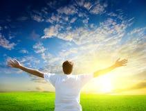 Coucher du soleil et homme heureux Photographie stock libre de droits