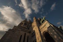 Coucher du soleil et la cathédrale du coeur sacré à Paris Image libre de droits