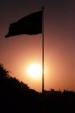 Coucher du soleil et le drapeau Image libre de droits