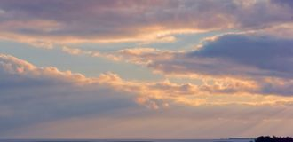 Coucher du soleil et lever de soleil dans le ciel, ciel rose pourpre du coucher du soleil Photos libres de droits