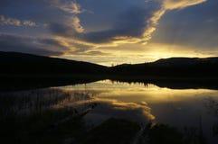 Coucher du soleil et lever de soleil au-dessus de lac Minto, le Yukon, Canada Photos stock
