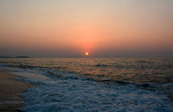 Coucher du soleil et mer ! Belle île de Crète ! images libres de droits