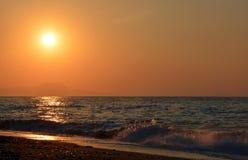 Coucher du soleil et mer ! Belle île de Crète ! Image libre de droits
