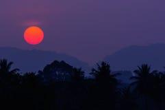 Coucher du soleil et montagne Image libre de droits