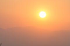 Coucher du soleil et montagnes Photos stock